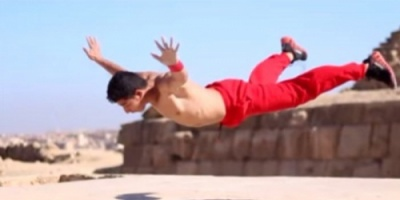 "شاب مصري  يدهش العالم بقوته وصلابته "" فيديو"""