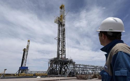 النفط يرتفع لأعلى مستوى منذ 2015 مدعوماً بخفض الإنتاج