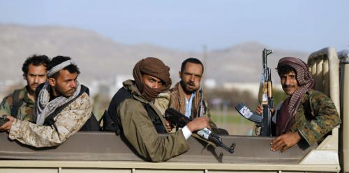 الحوثيون يهجّرون عشرات الأسر لزرع الألغام في مناطقهم