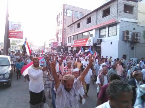 تواصل الإحتجاجات بعدن للمطالبة بطرد حكومة بن دغر وتقديمه للمحاكمة