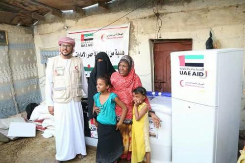 الهلال الأحمر الإماراتي بحضرموت  يستجيب لنداء مسنة عدنية ويقدم لها الاحتياجات الاساسية