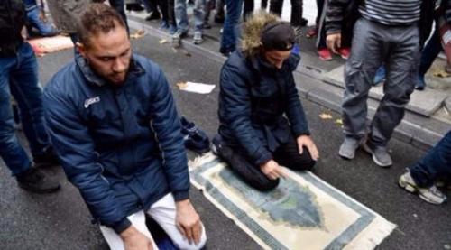 """فرنسا """"ستمنع"""" المسلمين من الصلاة في أحد شوارع ضاحية باريس"""