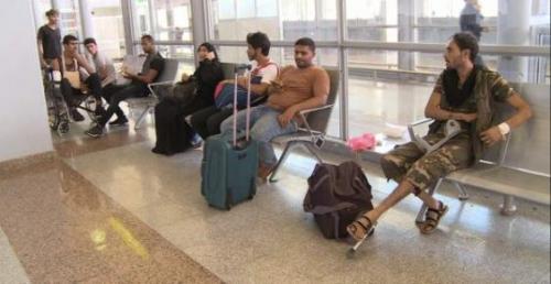 جرحى يعودون إلى عدن بعد تلقي العلاج في الهند على نفقة الإمارات