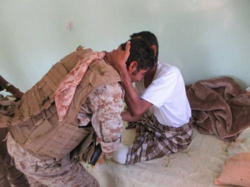 قائد قوات النخبة الشبوانية يتفقد أحوال الجنود المصابين ويطمئن على أوضاعهم
