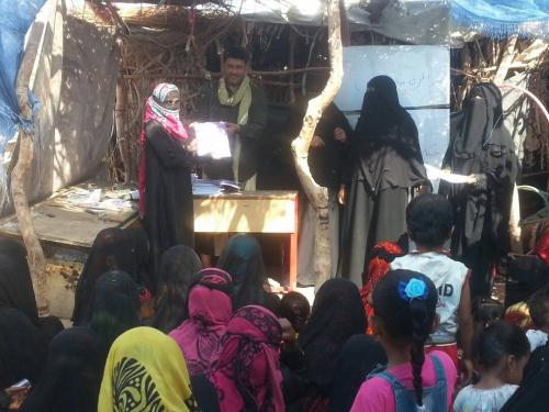توزيع كتب للدارسات في فصل محو الامية وتعليم الكبار بمنطقة عابر بالحصن بابين