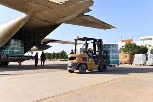 وصول طائرة إغاثية ثانية من مركز الملك سلمان إلى مطار الغيظة