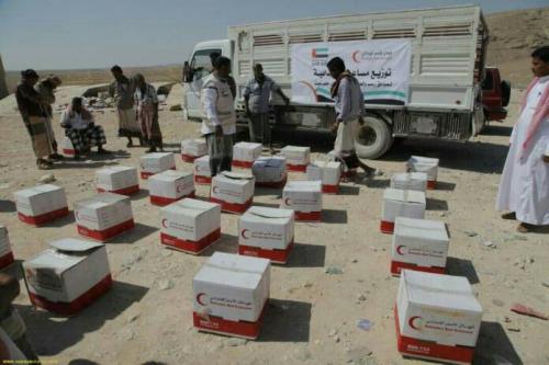 الهلال الأحمر الإماراتي يقدم مساعدات غذائية لأهالي مديرية ساه بحضرموت