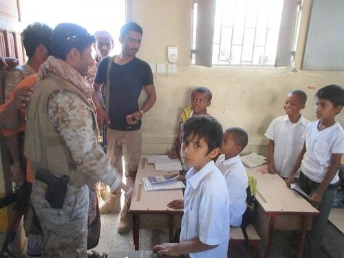 قائد قوات النخبة الشبوانية عزان يزور مدرستي البريقا والخرمة بحوطة الفقية علي بعزان
