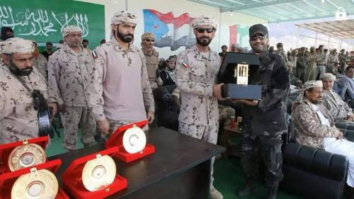 قيادة التحالف بعدن تكرم اللواء شلال شايع بدرع رئيس أركان القوات المسلحة الإماراتية