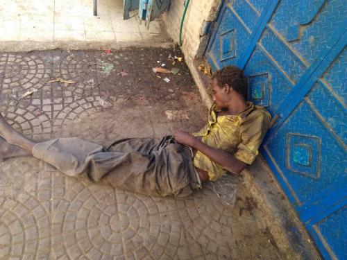 في  #صنعاء ..عائلات تسكن الأرصفة.. وموظفون يبيتون في العراء