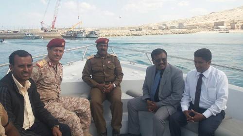 محافظ سقطرى يطلع على النشاط التجاري لميناء المحافظة
