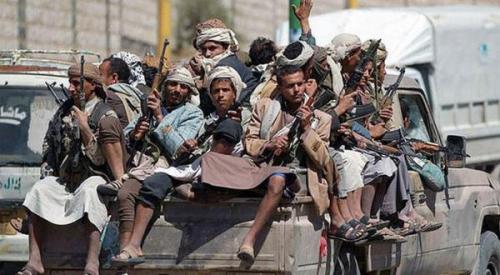 ميليشيا الحوثي تدفع بالمختطفين دروعاً بشرية للمعسكرات والمقار الأمنية