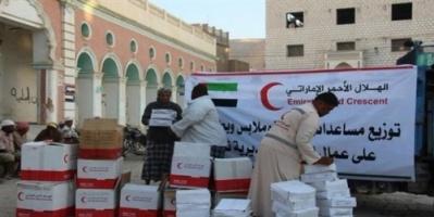 الهلال الأحمر الإماراتي يوزع سلالاً غذائية على أهالي الخون بمديرية تريم