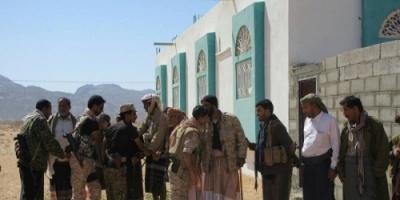العقيد محمد القاحلي يزور مستشفى عتق للاطمئنان على جرحى معركة تحرير بيحان