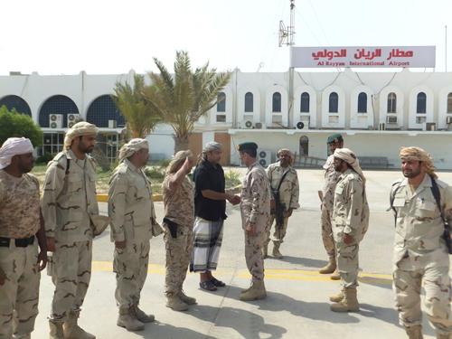 القوات الإماراتية تبدأ بإخلاء مطار الريان تنفيذا لتوجيهات الشيخ محمد بن زايد عقب لقائه المحافظ البحسني