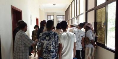 مواطنون يشكون من العرقلة والتأخير بمعاملاتهم بسبب الفوضى الإدارية التي يشهدها مكتب الصحة عدن