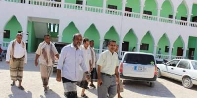 مدير مكتب التربية بحضرموت يتفقد سير الدراسة بثانوية شحير للبنين