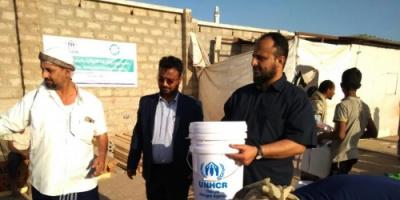 تدشين مشروع توزيع المواد الايوائية للاسر النازحة في مخيم النازحين بمدينة الشعب بعدن