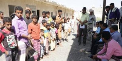 محافظ ابين يلتقي بالنازحين من منطقة الخوخة ويوجه بتوفير وسائل الإيواء الضرورية