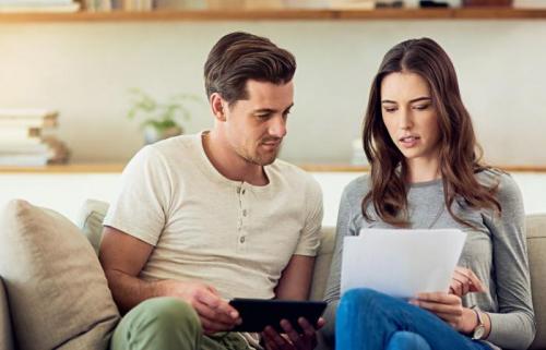 اكتشفت خيانة زوجها بعد أن فتحت بريده الإلكتروني.. فبرَّأته المحكمة وأدانتها!