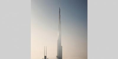 برج خليفة.. حارس الأعالي شامخاً فوق الضباب