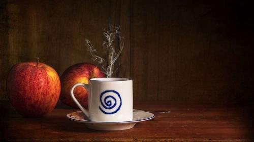 تفاحة تغنيك عن قهوة الصباح!
