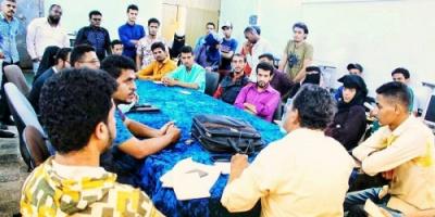 """رئيس قسم الصحافة والإعلام يلتقي طلاب القسم لمناقشة إصدار صحيفة """"صدى الجامعة"""