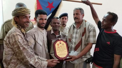 مجلس الحراك الثوري بالقلوعة يكرم العميد أبو اليمامة بدرع الاستقلال