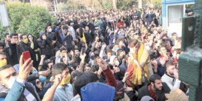 الاحتجاجات تهز إيران... وهتافات لإسقاط خامنئي