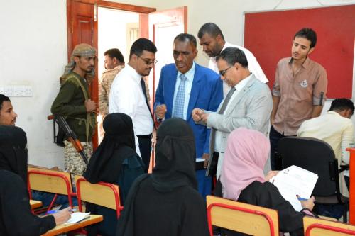 رئيس جامعة عدن يتفقد سير امتحانات الفصل الأول في كلية اللغات
