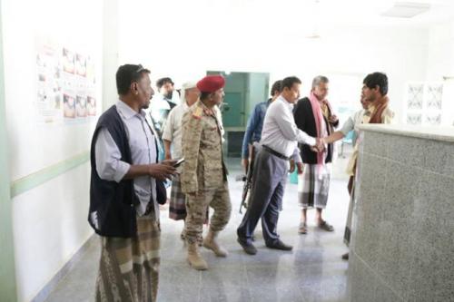 محافظ ابين يتفقد سير العمل بمستشفى أحور ويلتقي عددا من المواطنين بالمدينة