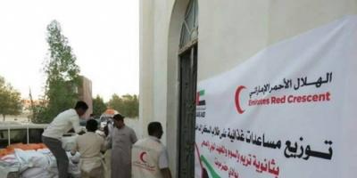"""""""الهلال الاماراتي"""" يوزع مساعدات غذائية على طلاب حضرموت"""