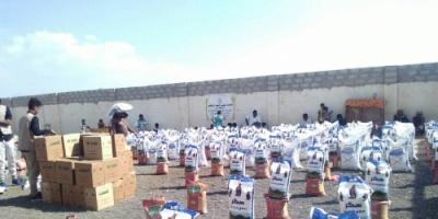 توزيع السلة الغذائية على نازحي الحديدة في ابين