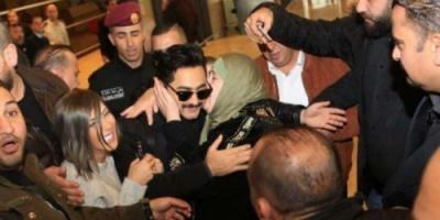 """""""قُبلة"""" من امرأة لتامر حسني تثير غضب الأردنيين"""