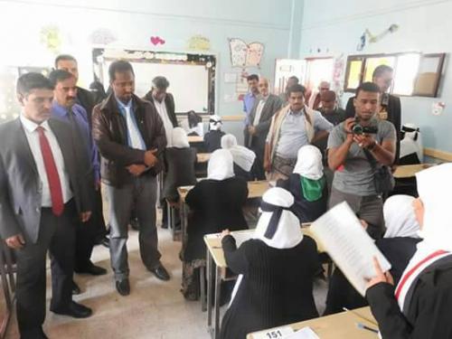 محافظ المهرة يدشن  الإمتحانات المدرسية  ويطّلع على سير العمل في إدارة الكهرباء