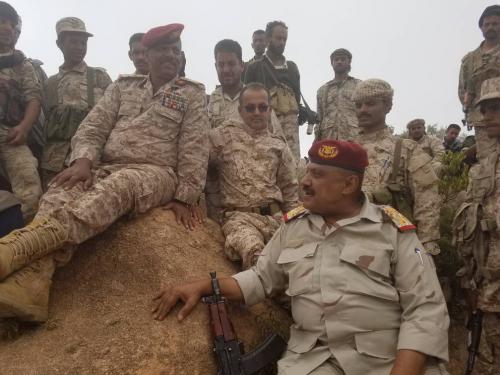 محافظ لحج وقائد المنطقة الرابعة يتفقدان الخطوط الأمامية لجبهات القتال بالقبيطة