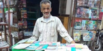 لماذا وضع هذا المصري مكتبته بالشارع؟