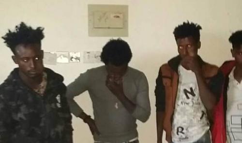 أمن شبوة يضبط عصابة من الأفارقة تتعاطى المخدرات بينهم نساء
