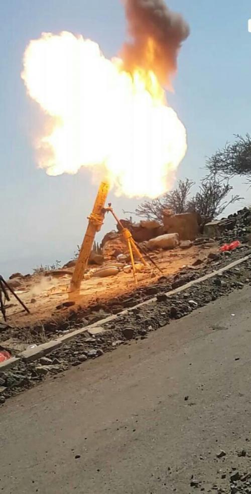 مدفعية المقاومة الجنوبية في جبهة ثره تقصف موقع الخزين التابع للحوثيين