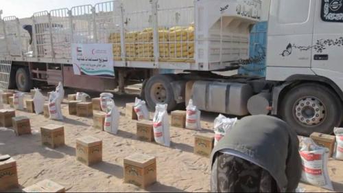 """الهلال الإماراتي"""" يقدم مساعدات غذائية لأهالي قف العوامر بالشريط الصحراوي في حضرموت"""