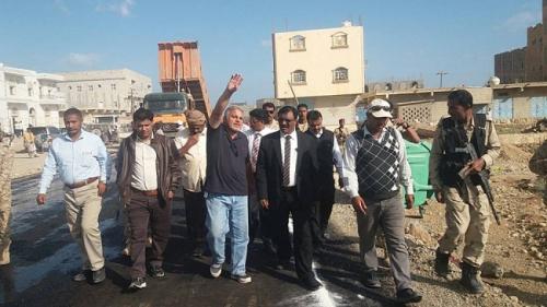 محافظ سقطرى يدشن بدء عملية سفلتة شوارع العاصمة حديبوه بدعم حكومي