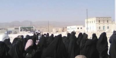 نساء قشن بالمهرة يرفضن مشاريع الاستيطان في المديرية « بيان »