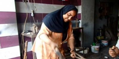 فتاة مصرية تعمل بالحدادة وترفض الزواج من أجل مهنتها