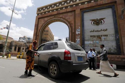 الشرعية: الحوثيون بددوا الاحتياطي النقدي ونهبوا 5.2 مليار دولار