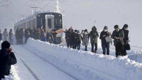 بالصور.. الثلوج تعطل قطاراً في اليابان عن مواصلة رحلته
