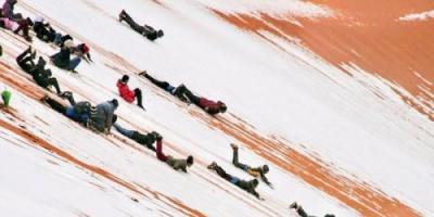 شاهد .. الثلوج تقع في صحراء الجزائر للمرة الثالثة منذ 40 عامًا