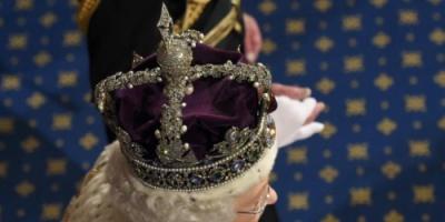 ملكة بريطانيا تروي معاناتها مع التاج