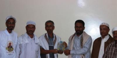 """وكيل أول حضرموت يتسلم درعًا من إدارة ومعلمي وطلاب مدرسة """"موشح"""" بوادي بن علي بشبام"""