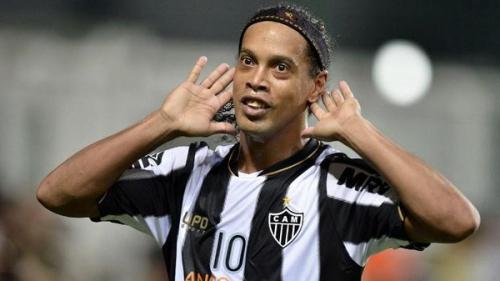 """رونالدينيو يعتزل الكرة.. وشقيقه يعلنها """"انتهى الأمر"""""""