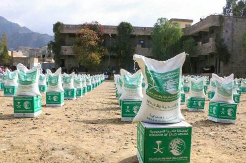 مركز الملك سلمان للإغاثة يوزع 7500 سلة غذائية للمحتاجين في مديرية المسراخ بتعز
